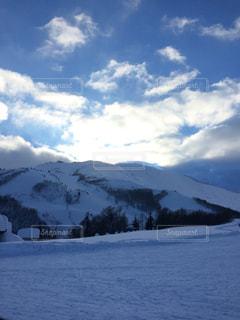 雪に覆われた山の写真・画像素材[1333235]