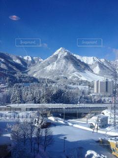 雪に覆われた山の写真・画像素材[1333469]