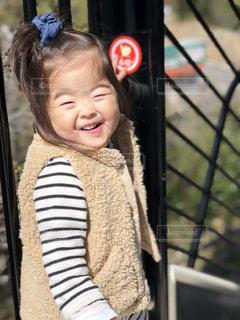 滑り台が嬉しくて喜ぶ娘の写真・画像素材[1065657]