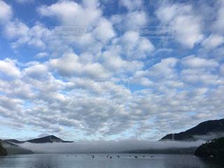 水体の上空で雲のグループの写真・画像素材[1065605]