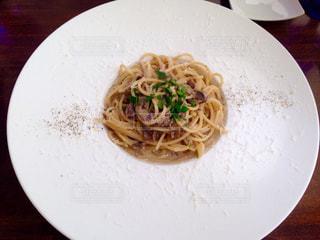 テーブルの上に食べ物のプレートの写真・画像素材[1065621]