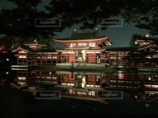 平等院鳳凰堂の夜間ライトアップの写真・画像素材[1067922]