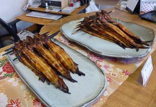 テーブルの上に食べ物のプレートの写真・画像素材[1174198]