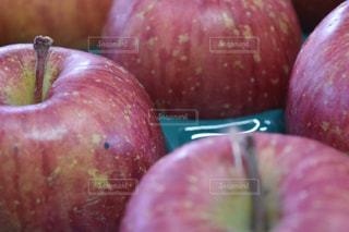 近くに赤いリンゴのアップの写真・画像素材[1065974]