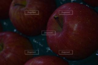 テーブルの上に座って果実の山の写真・画像素材[1065985]