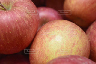 近くに赤いリンゴのアップの写真・画像素材[1065987]