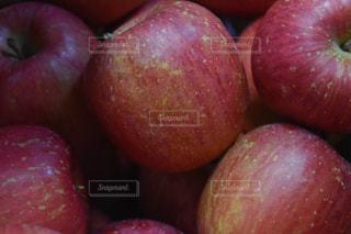 近くに赤いリンゴのアップの写真・画像素材[1065988]