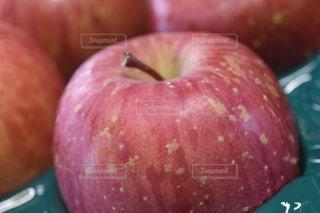 近くに緑のリンゴのアップの写真・画像素材[1066002]
