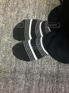 白と黒の靴したの写真・画像素材[1066616]