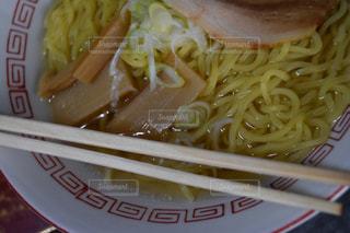 板の上に食べ物のボウルの写真・画像素材[1069793]