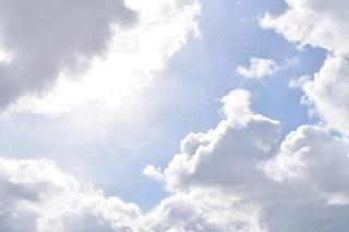空には雲のグループの写真・画像素材[1070369]