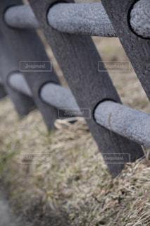 丸太の柵の写真・画像素材[1070402]