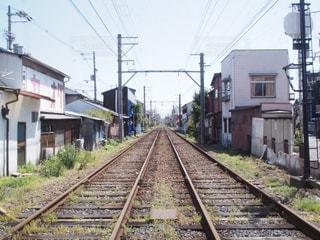 建物の近く下り列車を走行する列車を追跡します。の写真・画像素材[1066613]