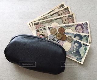 黒いがま口財布と現金の写真・画像素材[1066206]