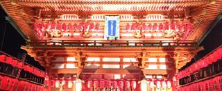 伏見稲荷大社楼門のライトアップの写真・画像素材[1066428]