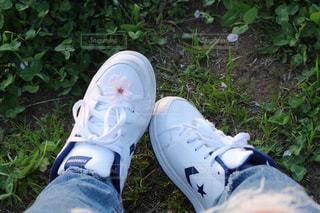 近くにいくつかの靴のアップの写真・画像素材[1089940]