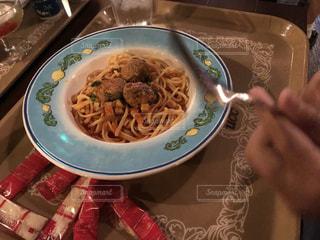 テーブルの上に食べ物のプレートの写真・画像素材[1066119]