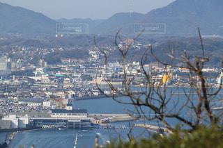 山の上から見る海辺の街並みの写真・画像素材[1066995]