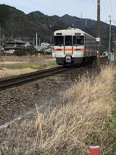 下り列車を走行する列車を追跡フィールドの近くの写真・画像素材[1080898]