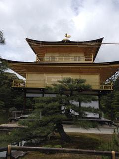背景に金閣寺と背景の木と家の写真・画像素材[1067739]