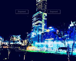 夜のライトアップされた街の写真・画像素材[1066840]