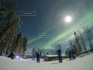 雪と月とオーロラの写真・画像素材[1067076]