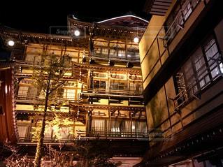 老舗温泉旅館のライトアップの写真・画像素材[1068318]