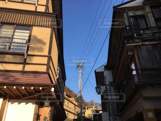 温泉街の通りを歩くの写真・画像素材[1068319]