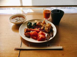 野菜料理のみの昼食の写真・画像素材[1070127]