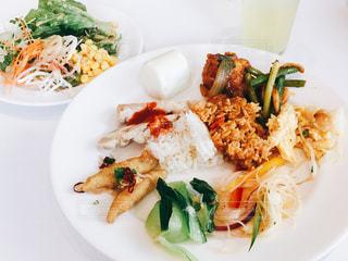 シンガポール料理のビュッフェ、白プレートの写真・画像素材[1071809]