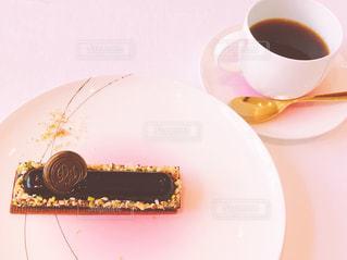 コーヒーのカップとチョコケーキのデザートプレート - No.1071921