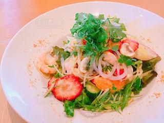 白いプレートに盛られた苺のサラダ - No.1074812