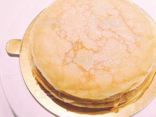 回転台の上の手作りホールケーキの写真・画像素材[1075723]