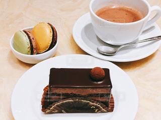 チョコケーキとチョコマカロンとホットチョコの写真・画像素材[1076351]