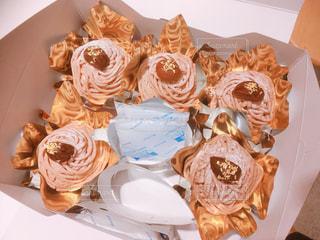 ケーキの箱を開けたらモンブランが五個入っている写真の写真・画像素材[1078325]