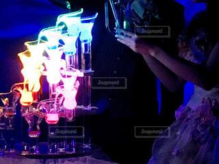 披露宴で発光液を流し込む新郎新婦の写真・画像素材[1080596]