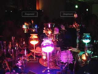 披露宴のテーブルで発光キャンドルの演出の写真・画像素材[1080597]