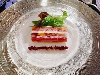 テーブルの上に食べ物のプレートの写真・画像素材[1081034]