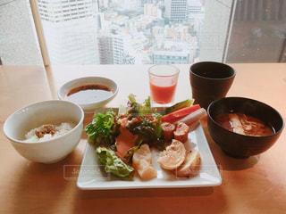 ビルからの景色と食事の写真・画像素材[1081088]