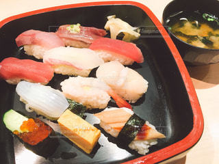 お寿司とお味噌汁の写真・画像素材[1083681]
