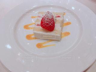 披露宴で招待客に出されるウェディングケーキの写真・画像素材[1083688]