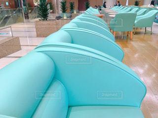 ホテルラウンジの緑の椅子の写真・画像素材[1085614]