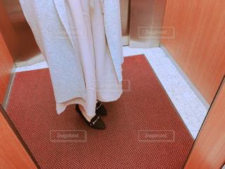 エレベーターで自分の服を自撮りする女性の写真・画像素材[1085638]