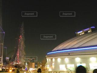 夜のライトアップされた東京ドームシティの写真・画像素材[1085639]