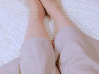 ベッドの上の人の足の写真・画像素材[1086088]