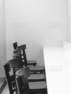 コンビニのイートインスペースのテーブルと椅子の写真・画像素材[1087956]