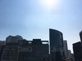 都市の高層ビルと太陽 - No.1090960