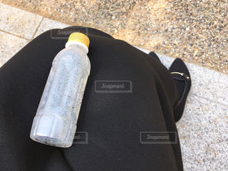 膝の上のバジルシードドリンクの写真・画像素材[1091627]