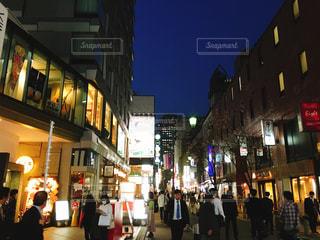 赤坂の夜の街を歩いている人々 - No.1092321