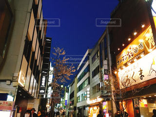 夜の忙しい赤坂を歩いている人々 - No.1092323
